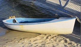 Um barco de fileira amarrado ao molhe fotos de stock