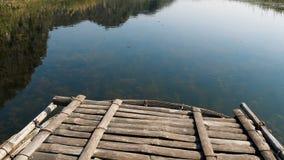 Um barco de madeira corta a água video estoque