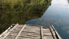 Um barco de madeira corta a água vídeos de arquivo
