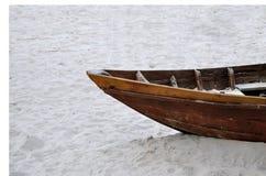 Um barco de madeira velho na areia Imagens de Stock