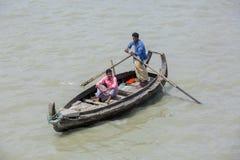 Um barco de mar do transporte lá chamou o 'Sampan' em áreas de Sadarghat do rio de Karnafuli, Chittagong, Bangladesh Imagem de Stock Royalty Free