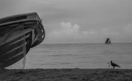 Um barco de motor com o barco tradicional na praia Sri Lanka do negambo fotos de stock