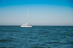 Um barco de navigação Fotos de Stock Royalty Free