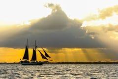 Um barco de navigação Imagens de Stock