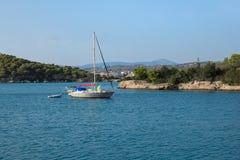Um barco de navigação que ancora em uma baía perto de Porto Heli, Peloponnese, Grécia fotografia de stock royalty free