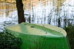 Um barco de pesca amarrado à costa do lago Fishermen' velho; s imagens de stock