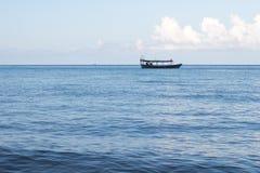 Um barco de pesca cambojano perto da praia em Koh Rong Sanloem Island Foto de Stock Royalty Free