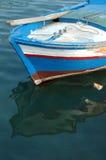 Um barco de pesca colorido imagens de stock royalty free