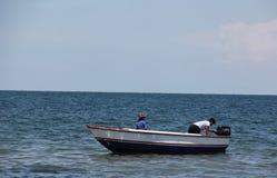 Um barco de pesca de madeira nas costas imagens de stock royalty free