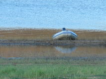 Um barco de pesca pequeno amarrou em uma borda das represas Fotos de Stock Royalty Free