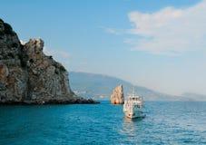 Um barco de prazer aproxima o cais Fotos de Stock Royalty Free