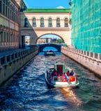 Um barco de prazer navega ao longo do canal do inverno em St Petersburg Fotografia de Stock Royalty Free