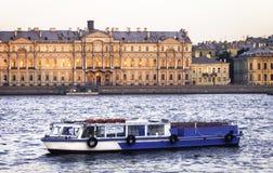 Um barco de prazer no rio Neva, St Petersburg Imagem de Stock Royalty Free