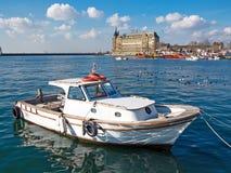 Um barco de prazer pequeno no fundo do terminal de Haydarpasa Fotos de Stock Royalty Free