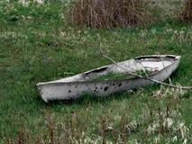 Um barco destruído velho em um lago seco fotos de stock