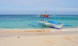 Um barco do bangka na praia em Boracay, Filipinas Fotografia de Stock Royalty Free