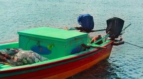 Um barco do pescador que espera o pescador com caixa de gelo imagens de stock