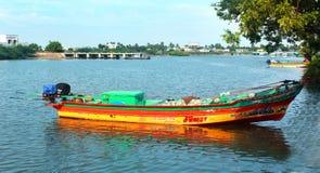 Um barco do pescador que espera o pescador com caixa de gelo imagem de stock royalty free