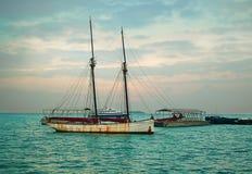Um barco do ` s do pescador fora da costa de Zanzibar no Oceano Índico Fotografia de Stock Royalty Free