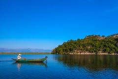 Um barco do ` s do pescador com um motor no lago Skadar montenegro fotografia de stock royalty free