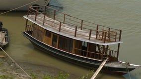Um barco em um banco de rio video estoque