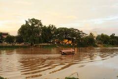 Um barco em Ping River, Chiang Mai fotografia de stock