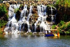 Um barco em um fundo uma cachoeira Imagens de Stock Royalty Free