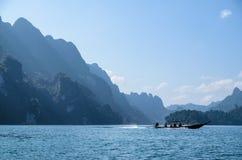 Um barco em um lago Imagens de Stock Royalty Free