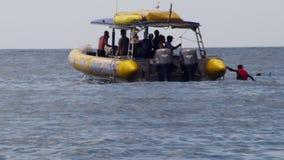 Um barco embarcado com mergulhadores de mergulhador vídeos de arquivo