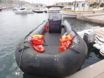 Um barco náutico preto, amarrado acima em um porto bretão - França fotografia de stock