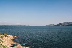 Um barco na costa do lago Skadar montenegro fotos de stock royalty free