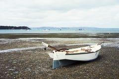 Um barco na praia Imagem de Stock Royalty Free