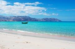 Um barco na praia de Shauab, montanhas, areias, cabo ocidental, Socotra, Iémen Fotografia de Stock