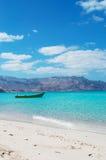Um barco na praia de Shauab, montanhas, areias, cabo ocidental, Socotra, Iémen Fotografia de Stock Royalty Free