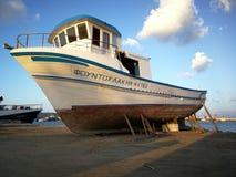 Um barco na terra fotos de stock royalty free