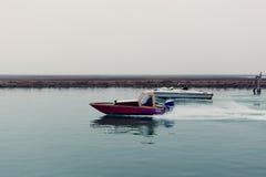 Um barco no cruzamento em um laguna em Venise fotos de stock royalty free