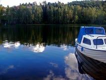 Um barco no lago Fotografia de Stock