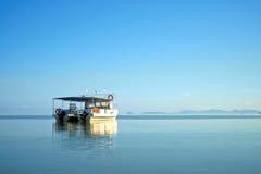 Um barco no mar calmo em Kota Kinabalu, Malásia Imagens de Stock