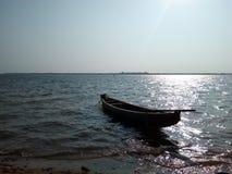 Um barco no rio fotografia de stock royalty free