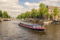 Um barco no rio de Amstel em Amsterdão Fotos de Stock