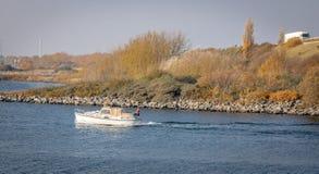 Um barco passa em Svenskeholm foto de stock