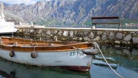 Um barco pequeno velho move-se lentamente no mar na baía de Kotor, Montenegro filme