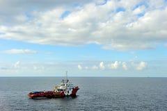 Um barco a pouca distância do mar da fonte Fotografia de Stock