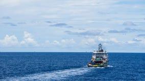 Um barco a pouca distância do mar da fonte Fotos de Stock