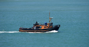 Um barco que transporta garrafas de gás fotos de stock royalty free