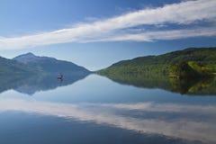 Um barco só em Loch Lomond imagem de stock royalty free