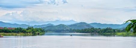 Um barco só no rio do perfume Fotografia de Stock