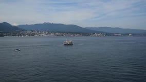 Um barco sightseeing do cruzeiro está navegando em torno da baía de Vancôver filme