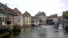 Um barco sightseeing que passa através de uma porta de fechamento no rio doente, visto da ponte de St Martin em Strasbourg, Franç video estoque