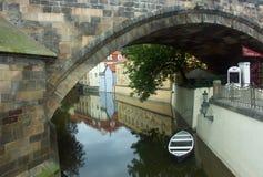 Um barco sob a ponte Fotos de Stock Royalty Free
